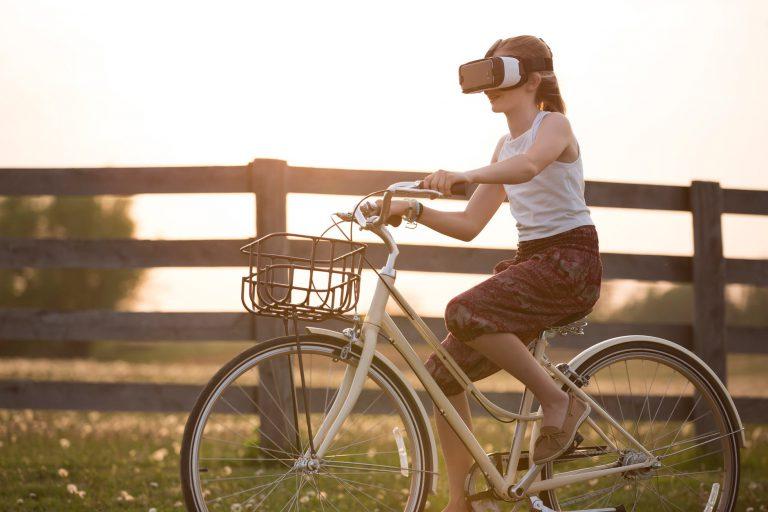 Virtual reality als nieuwe werkelijkheid Deutschland meisje draagt vr vak rijden fiets in gouden uur - Virtual-reality-films maken