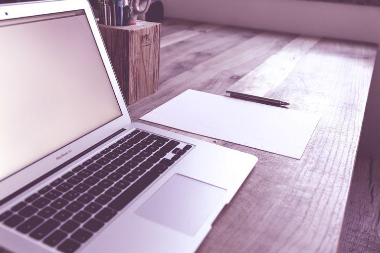 Estland als voorloper Deutschland laptop papier en een pen op een bureau  - Kan een computerrechter eerlijk zijn?